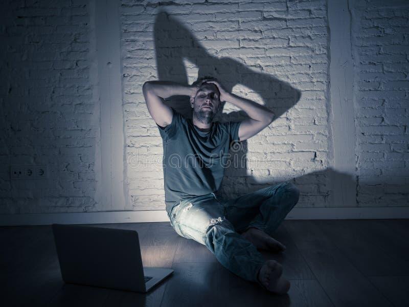 Hommes souffrant seul se reposer de intimidation de cyber d'Internet avec sentiment d'ordinateur désespéré image libre de droits
