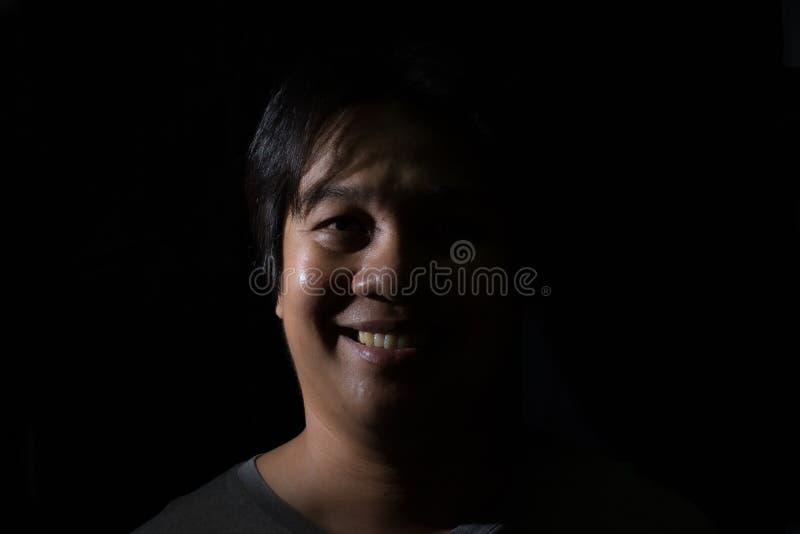 Hommes souriant avec dans le fond de noir de studio images libres de droits