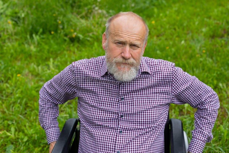 Hommes supérieurs dans le fauteuil roulant photographie stock