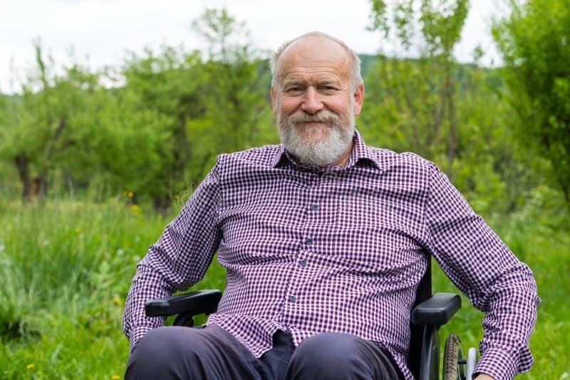 Hommes supérieurs dans le fauteuil roulant image libre de droits