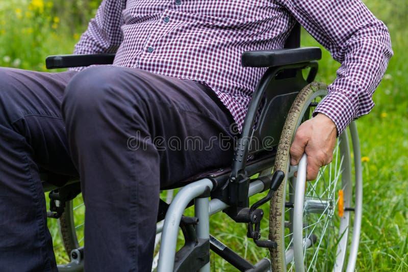 Hommes supérieurs dans le fauteuil roulant images stock