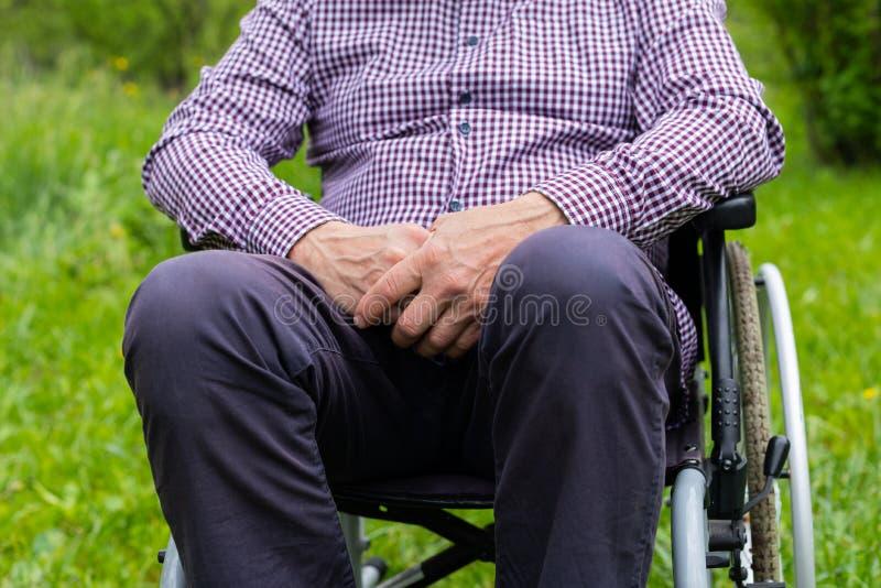 Hommes supérieurs dans le fauteuil roulant photo stock