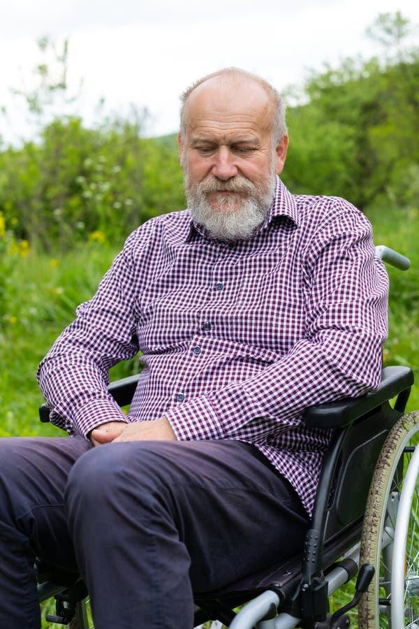 Hommes supérieurs dans le fauteuil roulant photographie stock libre de droits