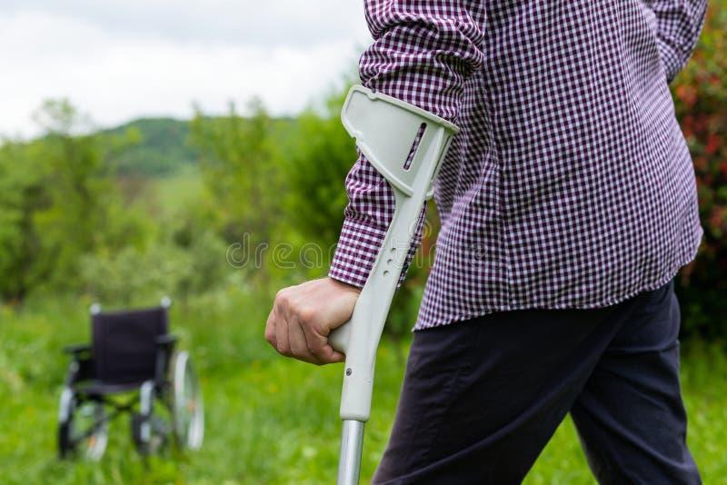 Hommes supérieurs tenant la canne assistive images stock
