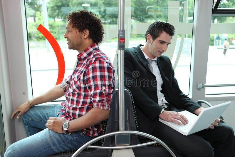 Hommes sur l'autobus photographie stock