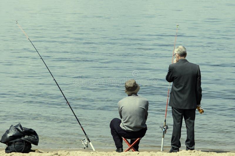 Hommes sur la pêche photographie stock libre de droits