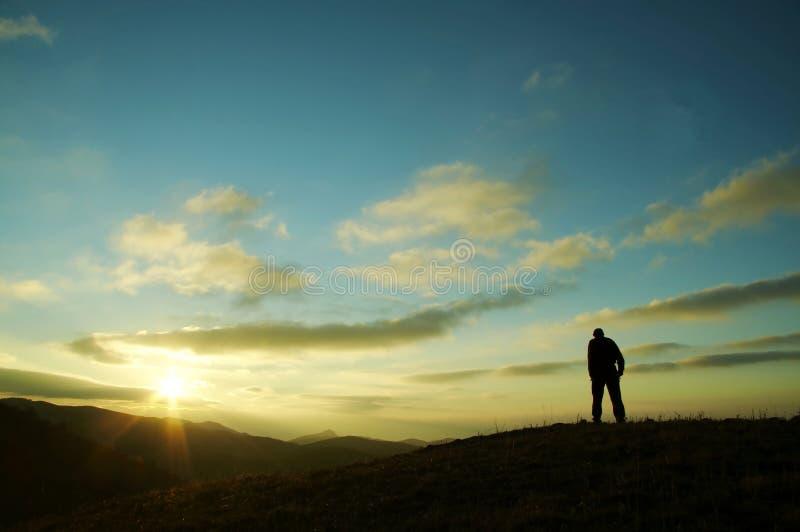 Hommes sur le fond de coucher du soleil photographie stock libre de droits