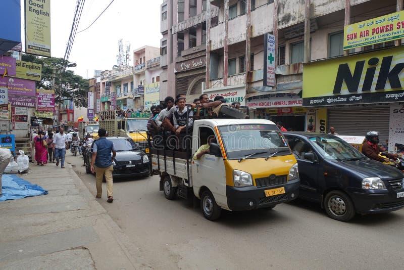 Hommes sur un camion, Inde de Bangalore photo stock