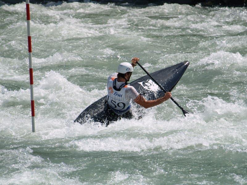 Hommes sur un kayak image libre de droits