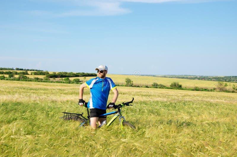 Hommes sur une bicyclette image stock