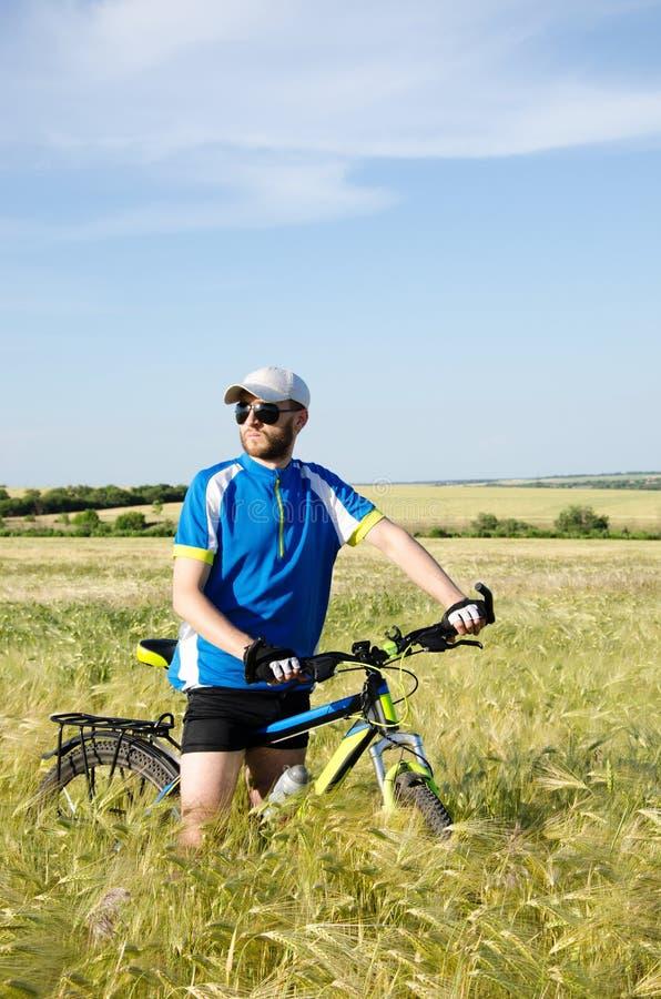 Hommes sur une bicyclette photos libres de droits