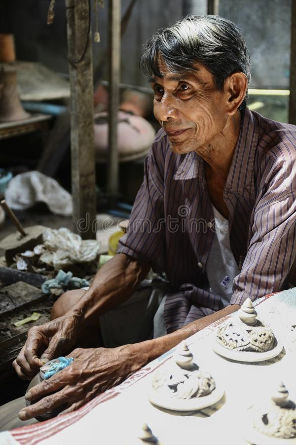 Hommes thaïlandais travaillant avec les artisans locaux faisant la poterie photographie stock libre de droits