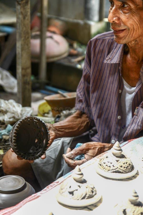 Hommes thaïlandais travaillant avec les artisans locaux faisant la poterie images libres de droits
