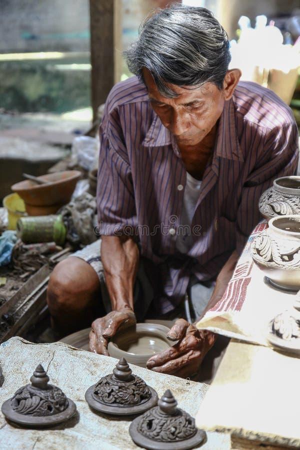 Hommes thaïlandais travaillant avec les artisans locaux faisant la poterie image libre de droits