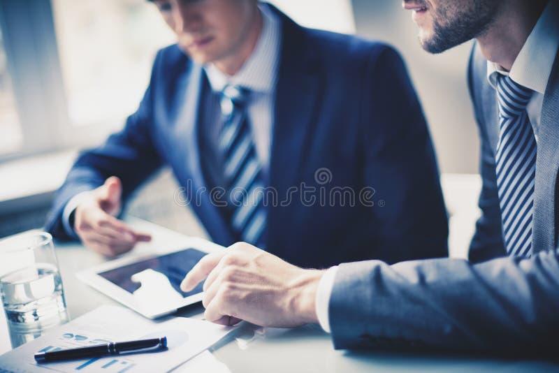 Hommes travaillant dans le bureau images libres de droits