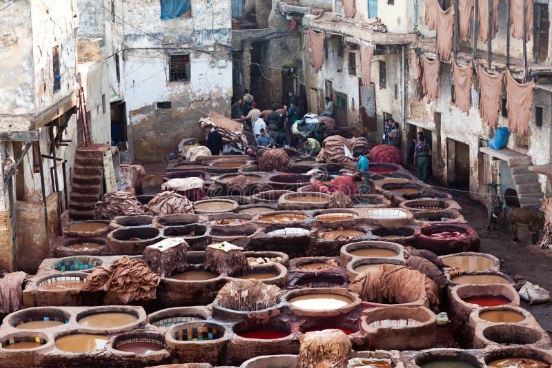Download Hommes Travaillant Dur Dans Le Souk De Tannerie à Fez, Maroc Photo éditorial - Image du mourir, couleur: 76076921