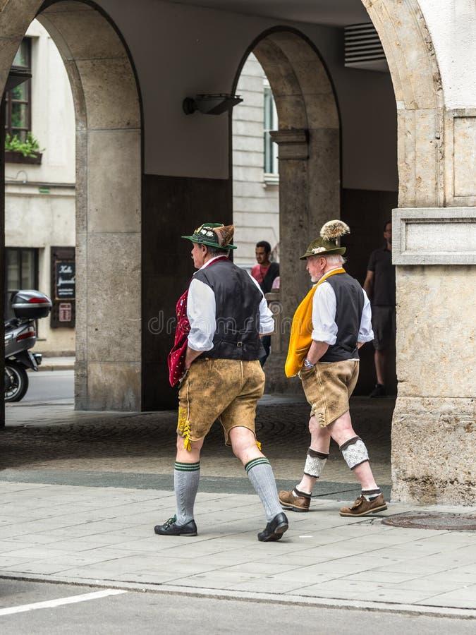 Hommes utilisant le costume bavarois traditionnel image libre de droits