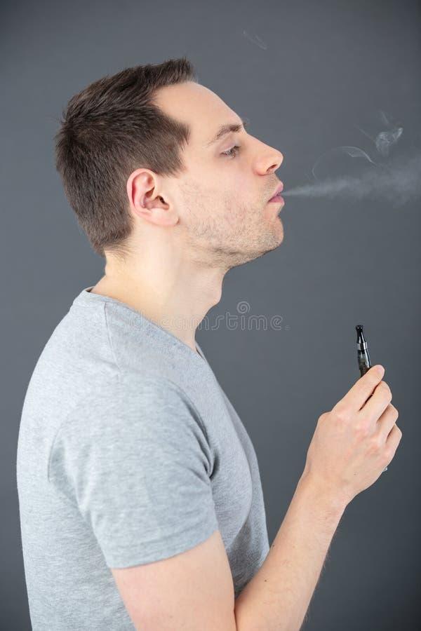Hommes vaping et vapeur de nuage de libérations photos libres de droits