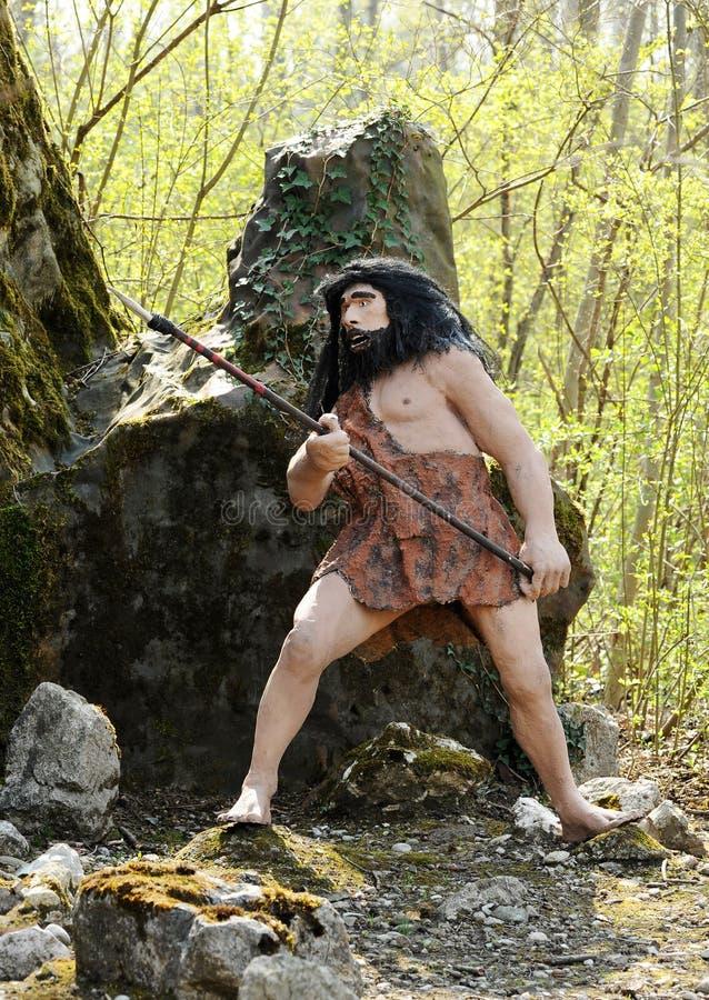 Homo sapiens-Statue, die Jagd-Werkzeug hält lizenzfreie stockfotografie