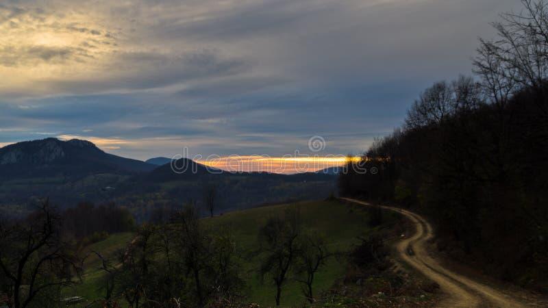 Homolje山环境美化与绕石渣乡下公路在一个秋天晴天的日落 库存照片