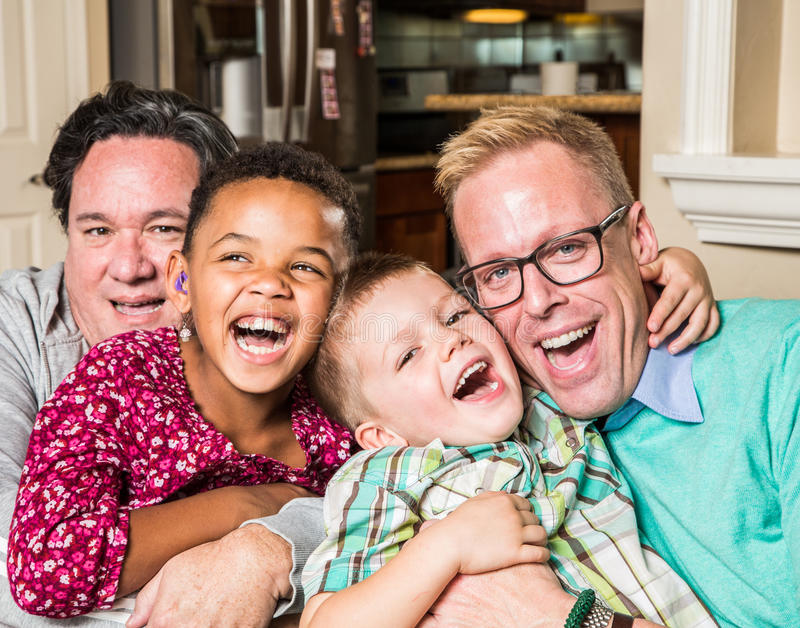 Homoseksualistów rodzice z ich dziećmi fotografia royalty free