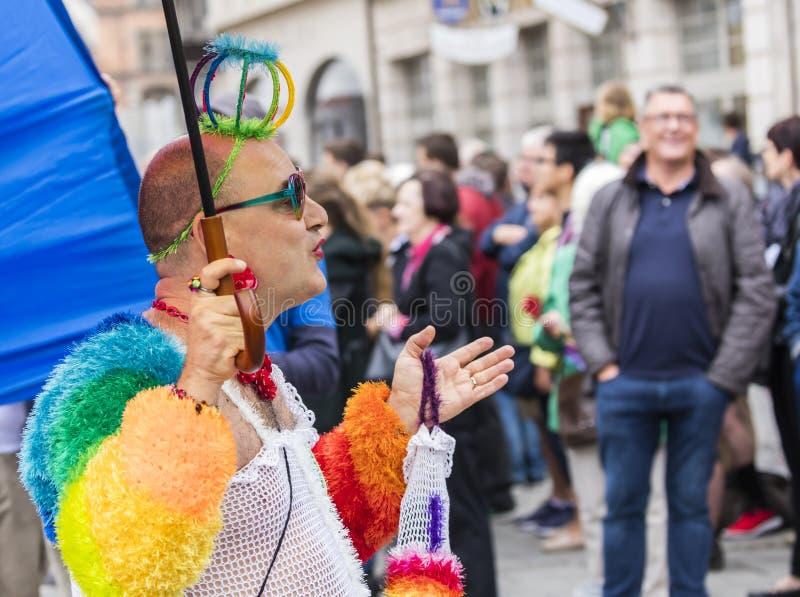 2019: Homoseksualista uczęszcza Gay Pride paradę także znać jako Christopher dnia Uliczny CSD w wyśmienitym tęcza kostiumu, Monac obraz stock
