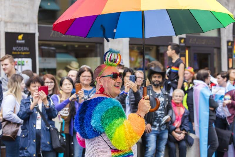 2019: Homoseksualista uczęszcza Gay Pride paradę także znać jako Christopher dnia Uliczny CSD w wyśmienitym tęcza kostiumu, Monac zdjęcia stock