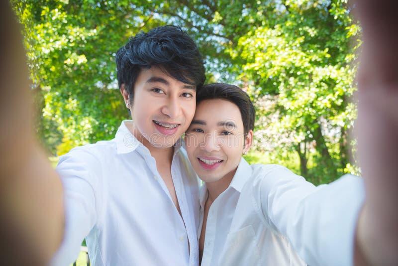 Homoseksualna para bierze fotografię themselves smartphone obraz royalty free