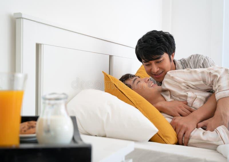 Homoseksualna para na łóżku obrazy royalty free