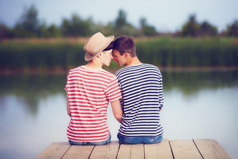 Homoseksualna para w miłości na brzeg rzeki zdjęcia stock