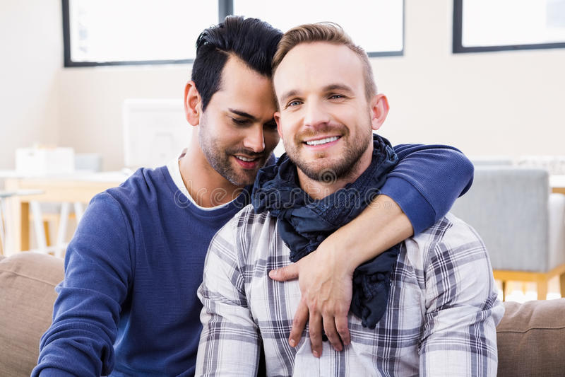 Homoseksualny pary przytulenie na leżance zdjęcie stock