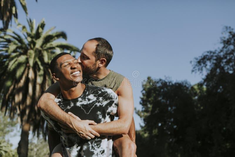 Homoseksualny pary przytulenie w parku fotografia royalty free