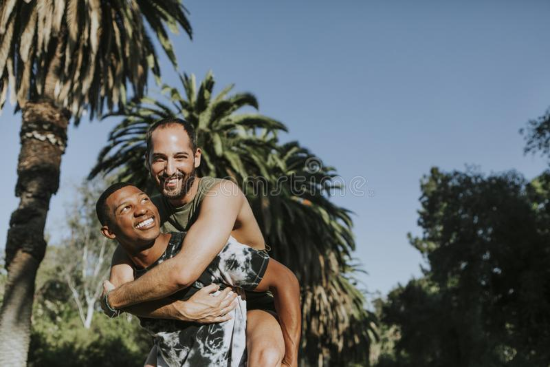 Homoseksualny pary przytulenie w parku obrazy stock