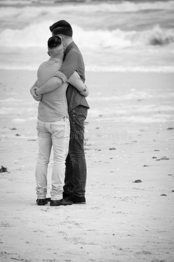 Homoseksuelen die op een strand omhelzen royalty-vrije stock fotografie