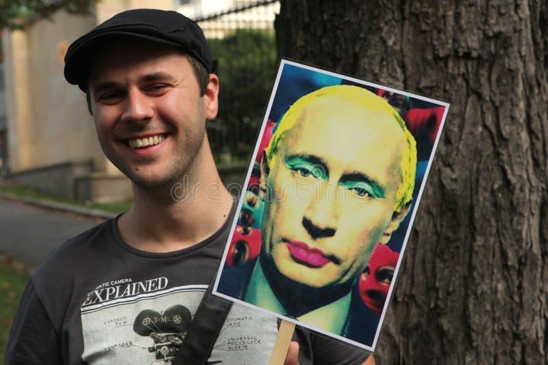 Homosexuella aktivister protesterar mot de ryska anti-glade lagarna arkivfoton