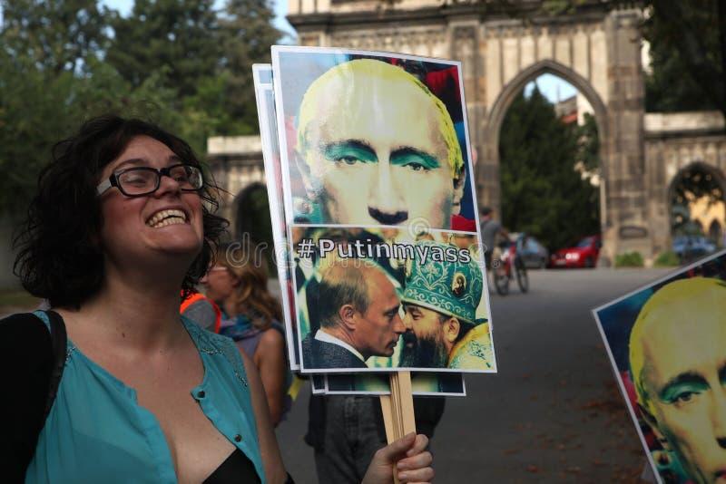 Homosexuella aktivister protesterar mot de ryska anti-glade lagarna royaltyfria bilder