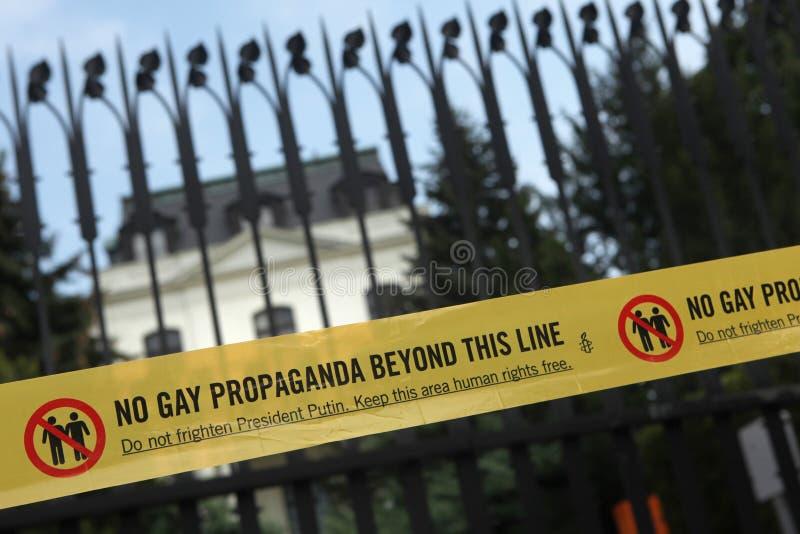Homosexuelle Aktivisten protestieren gegen die russischen homosexuellen Antigesetze lizenzfreies stockfoto