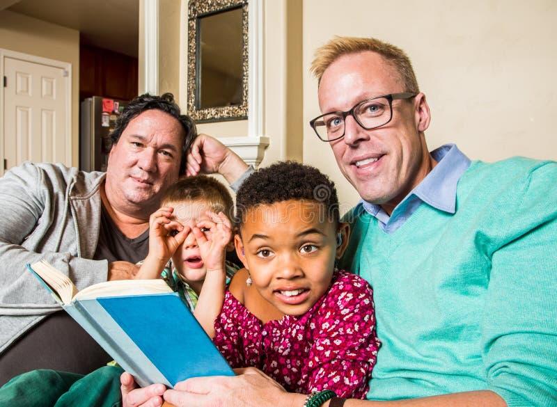 Homosexuelle Familie, die zusammen liest stockfotos