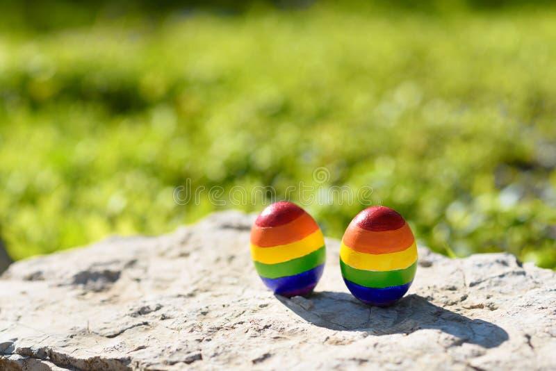 Homosexuelle Farbflaggen des Regenbogen-LGBT auf den Eiern stockfoto