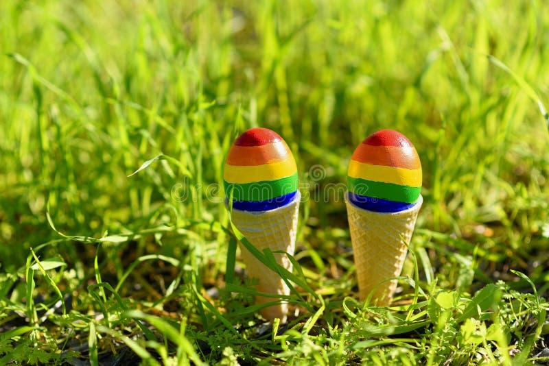 Homosexuelle Farbflaggen des Regenbogen-LGBT auf den Eiern lizenzfreie stockbilder