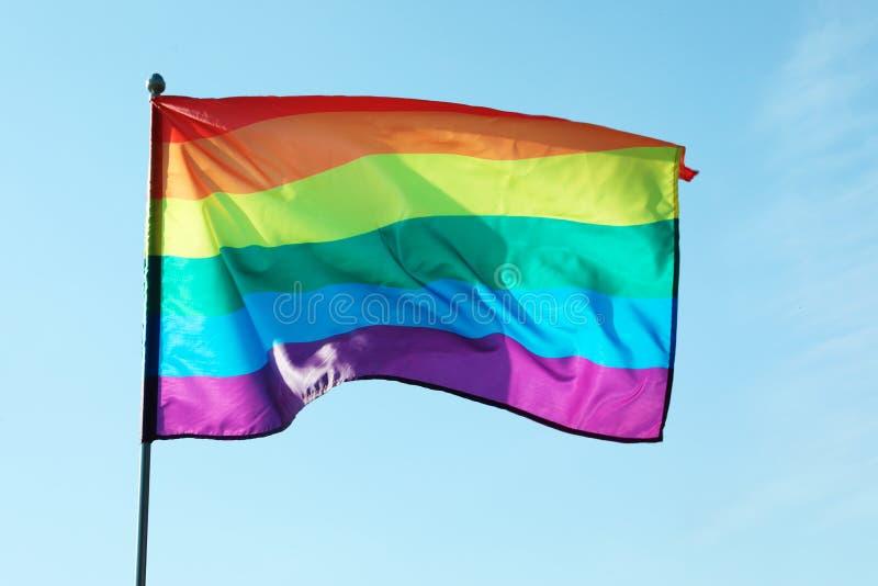 Homosexuelle Flagge des Regenbogens gegen blauen Himmel lizenzfreies stockbild