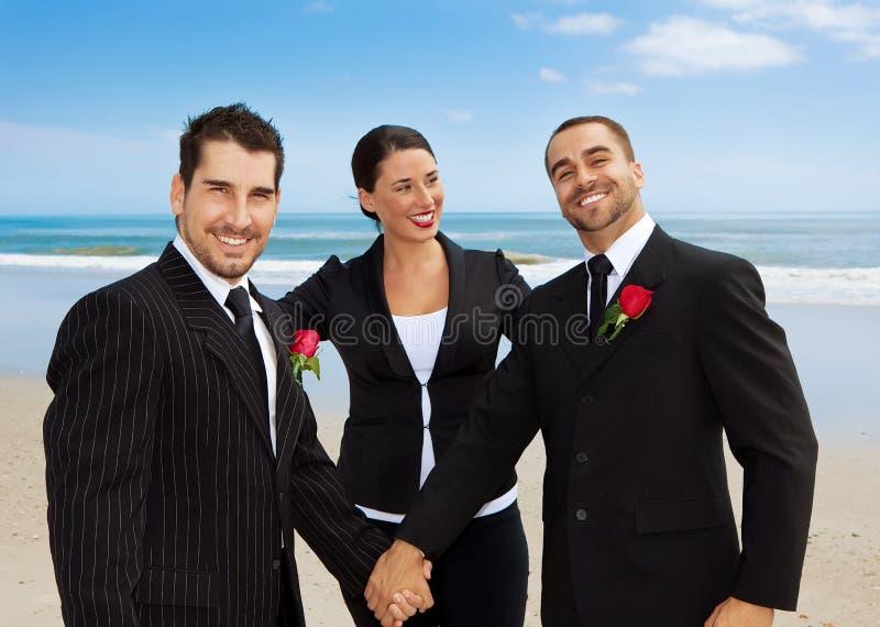 Homosexuelle Hochzeit auf einem Strand lizenzfreies stockfoto