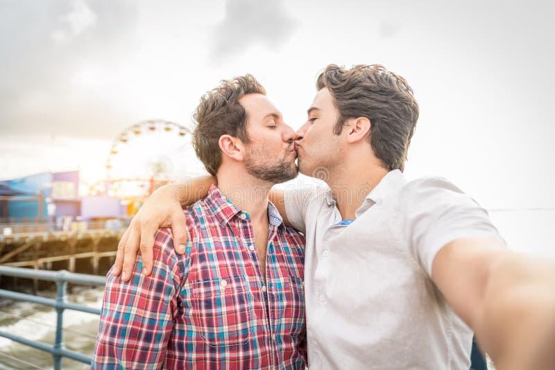 Homosexuelles Couplekissing lizenzfreie stockfotos