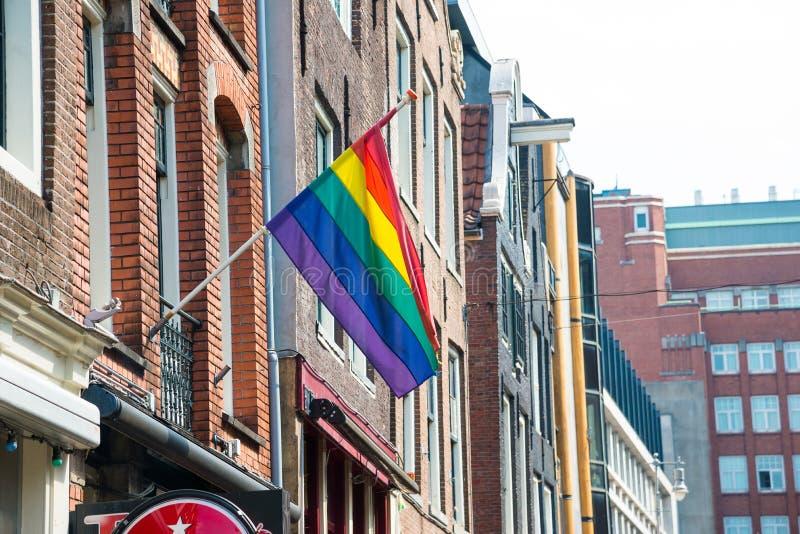 Homosexuelles Pride Rainbow Flag in einer Straße im historischen Stadtzentrum von Amsterdam stockfoto