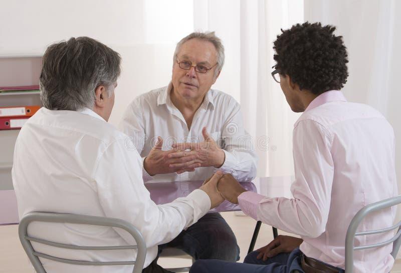Homossexualidade - conselheiro de negócio seguro que explica ao costume fotografia de stock royalty free
