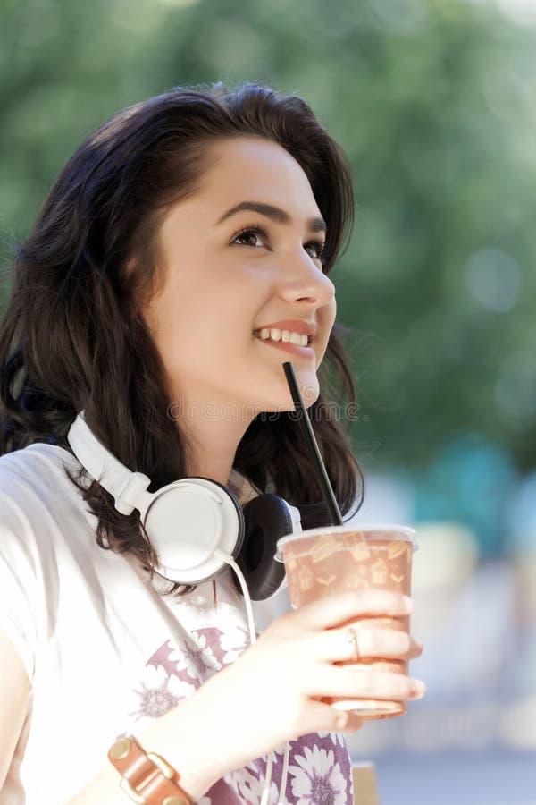 Hon dricker hennes favorit- uppfriskande drink, lemonad och tycker om I royaltyfri bild