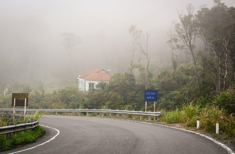 Hon Giao-bergweg bij nevelige dag in Dalat, Vietnam stock afbeeldingen