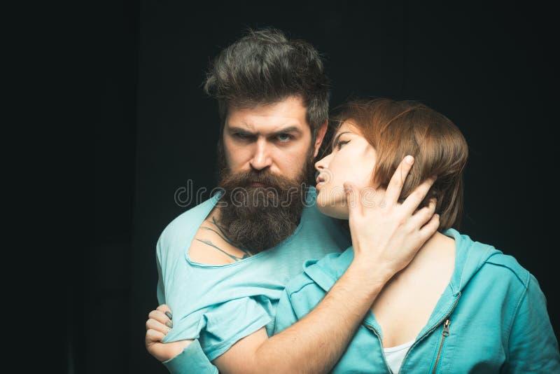 Hon gillar hans mjuka skägg Kvinnor älskar skäggiga brutala och manliga grabbar Flicka för skäggig kel för Hipster sinnlig Gör hå arkivbilder