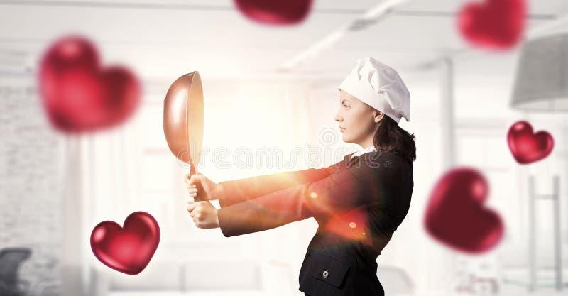Hon ska laga mat förälskelse Blandat massmedia arkivbild