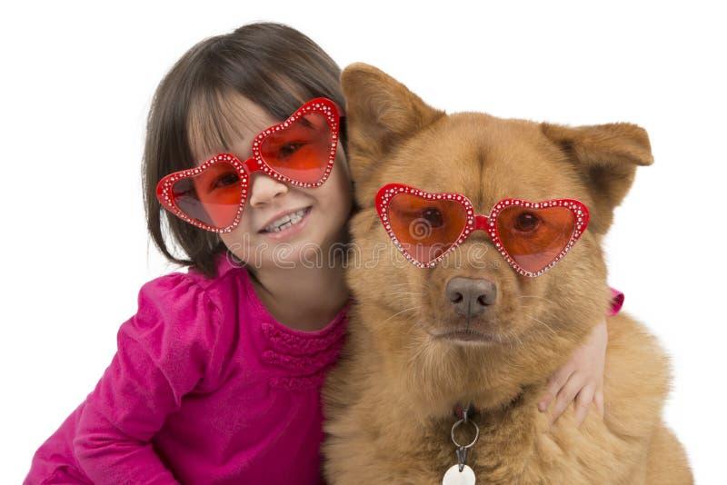Hond door kind wordt gekoesterd dat stock afbeeldingen